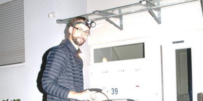 ARZ-Redakteur trägt Zeitung aus